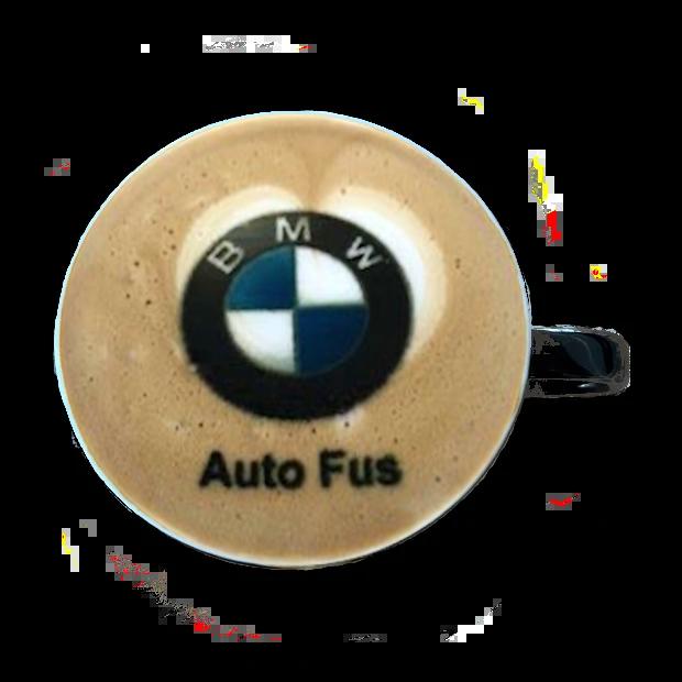 logo BMW na kawie